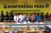 Sejumlah minuman keras oplosan diperlihatkan saat rilis pengungkapan kasus minuman keras oplosan di halaman Polres Jakarta Selatan, Rabu (11/4).