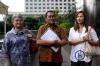 Nadia Mulya dan Anne Mulya, anak dan istri mantan Deputi Gubernur Bank Indonesia Budi Mulya mendatangi gedung KPK dengan didamping Koordinator Masyarakat Anti Korupsi Indonesia (MAKI) Boyamin Saiman di Jakarta, Kamis (12/4).