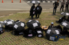 Massa yang tergabung dalam Gerakan Masyarakat Tapanuli Tengah menggelar aksi menggunakan atribut berupa payung hitamdi depan gedung Komisi Pemberantasan Korupsi (KPK) diJakarta, Senin (16/4).