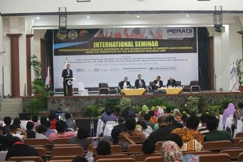 Seminar Peradi-USU di Medan membahas perkembangan hukum bisnis. Foto: MYS