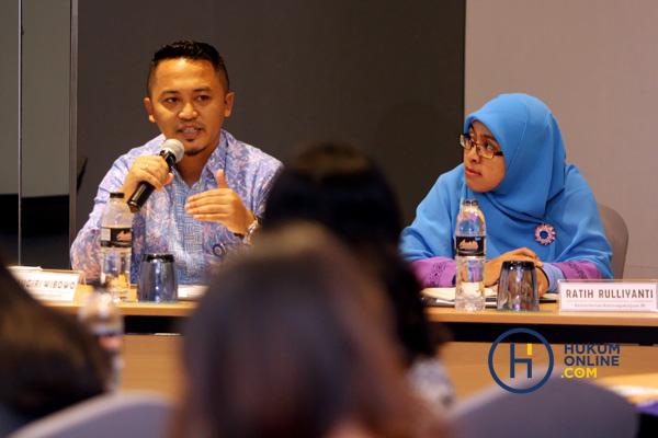 Dua pembicara, Ratih Rulliyanti (kanan) dan Agung Sugiri Wibowo, dalam workdhop hukumonline tentang penggunaan TKA di Jakarta, Selasa (24/7). Foto: RES