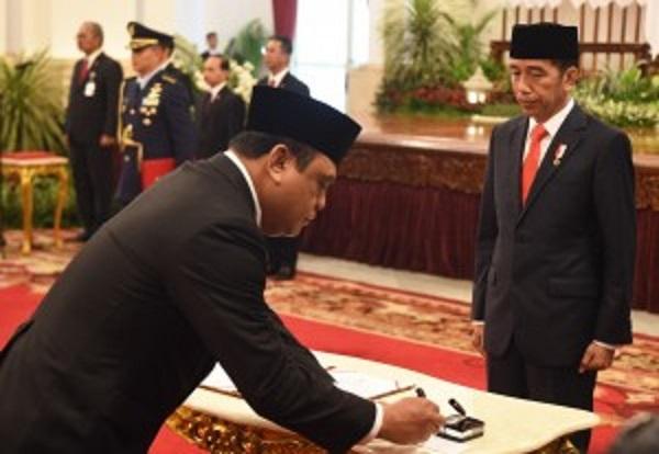 Presiden Jokowi menyaksikan Menteri PANRB Syafruddin menandatangani berita acara pelantikan, di Istana Negara, Jakarta, Rabu (15/8) pagi. Foto: Setkab