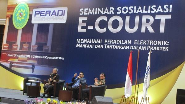 Ketua Pengadilan Negeri Jakarta Pusat (tengah) sedang memberikan penjelasan tentang e-court di Gedung Sekretariat DPN Peradi, Jumat (24/8). Foto : Edwin