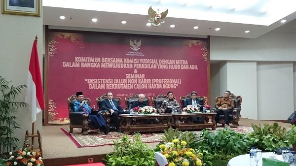 "Para narasumber dalam seminar bertajuk ""Eksistensi Jalur Nonkarier (Profesional) dalam Rekrutmen Calon Hakim Agung"" di Gedung KY Jakarta, Senin (27/8). Foto: AID"