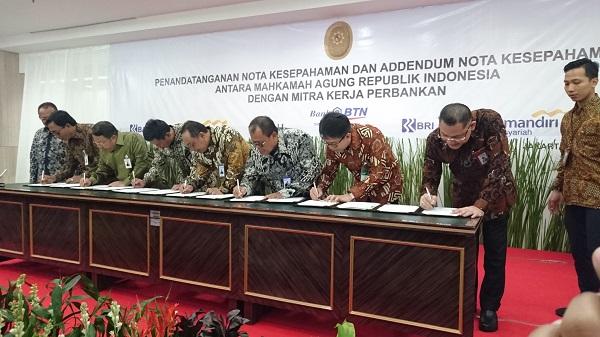 MA bersama 7 Bank BUMN menandatangani kesepahaman pembayaran biaya perkara secara elektronik (e-payment) dalam sistem E-Court di Gedung MA Jakarta, Selasa (28/8). Foto: AID