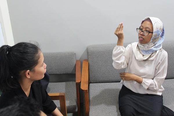 Isro (berkerudung) saat menjawab pertanyaan hukumonline lewat juru bahasa, Selasa (28/8), di kampus STHI Jentera. Foto: Edwin
