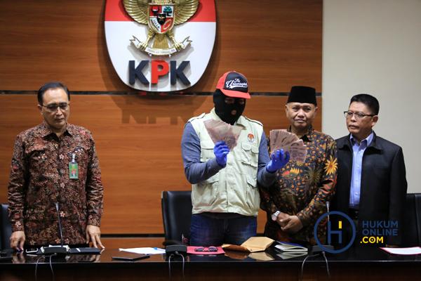 Ketua KPK Agus Rahardjo, Wakil Ketua MA Bidang Non Yudisial Sunarto usai memberi keterangan pers terkait OTT yang melibatkan hakim ad hoc dan panitera di PN Medan di Gedung KPK, Kamis (29/8). Foto: RES