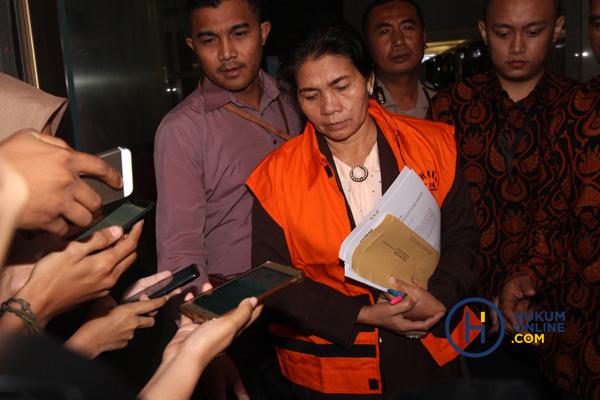 Merry Purba resmi ditahan KPK setelah ditetapkan sebagai tersangka bersama tiga tersangka lain yakni, Panitera Pengganti Helpandi, Tamin Sukardi, Hadi Setiawan dari pihak swasta atas kasus dugaan suap terkait putusan perkara korupsi di PN Medan.