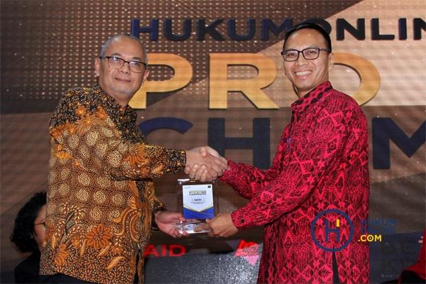 Managing Partner DDTC Darussalam (kiri) saat menerima plakat penghargaan dari Direktur Konten dan Pemberitaan Hukumonline Amrie Hakim (kanan). Foto: RES