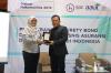 """Pemberian plakat kepada Ricardo Simanjuntak selaku Praktisi Hukum dalam Diskusi Hukumonline 2019 """"Perkembangan Surety Bond dalam Industri Bisnis Asuransi dan Penjaminan di Indonesia"""", Selasa (29/1). Foto: Event & Training Hukumonline"""