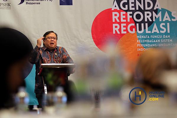 Menteri PPN/Kepala Bappenas Bambang Brodjonegoro saat menjadi pembicara kunci dalam seminar bertajuk 'Agenda Reformasi Regulasi: Menata Fungsi dan Kelembagaan Sistem Peraturan Perundang-undangan Indonesia' di Hotel Aryaduta Jakarta, Rabu (13/2). Foto: RES