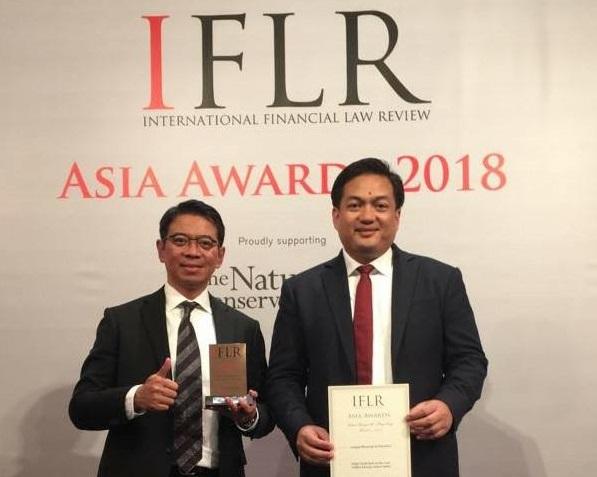 Managing Partner AHP Bono Daru Adjie (kiri) dan Partner AHP Eko Basyuni (kanan) saat menerima penghargaan dari IFLR Asia Award 2018 di Hong Kong. Foto: AHP