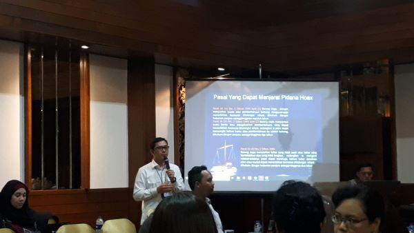 Penyidik Dirtipid Cyber Mabes Polri, Purnomo, menyampaikan materi tentang tindak pidana cyber dalam diskusi di Jakarta (29/4). Foto: MYS