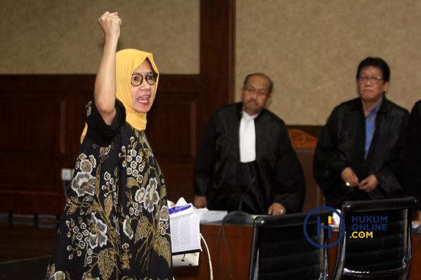 Karen Agustiawan mengepalkan tangan usai divonis 8 tahun penjara, Senin (10/6). Foto: RES