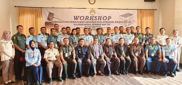 Ketua Umum Peradi berfoto bersama dengan para pejabat Kemhan dan TNI, serta peserta workshop. Foto: istimewa.