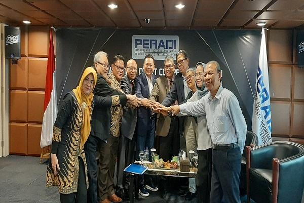 Sejumlah pengurus DPN Peradi usai mengumumkan kompetisi peradilan semu bidang PTUN dengan sistem e-litigasi di Kantor Peradi Slipi, Jakarta, Rabu (4/9). Foto: AID
