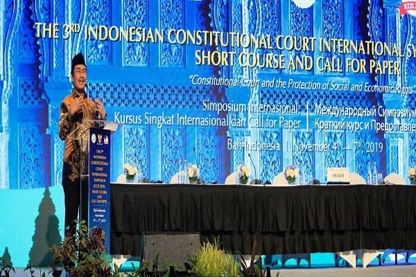 Mantan Ketua MK Jimly Asshiddiqie menjadi penceramah kunci dalam kegiatan 'The 3rd Indonesian Constitutional Court International Symposium (ICCIS 2019), Senin (4/11) di Bali. Foto: Humas MK.