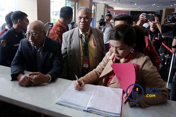 Kuasa Hukum PDIP Datangi KPK 5.JPG