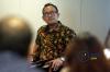 Dr. Ferry Gunawan mendengarkan pertanyaan dari peserta