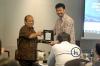 Penyerahan plakat dari Hukumonline kepada Dr. Yunus Husein