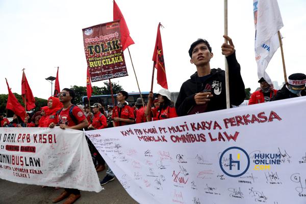 Buruh yang tergabung dalam Gerakan Buruh Bersama Rakyat (Gebrak) menggelar unjuk rasa menolak RUU Cipta Lapangan Kerja di Gedung DPR Jakarta, Senin (13/1) lalu. Foto: RES