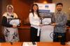 Penyerahan plakat kepada Ibu Aldilla Stephanie Suwana, Associate dari SSEK Indonesian Legal Consultants oleh Perwakilan dari Hukumonline.com