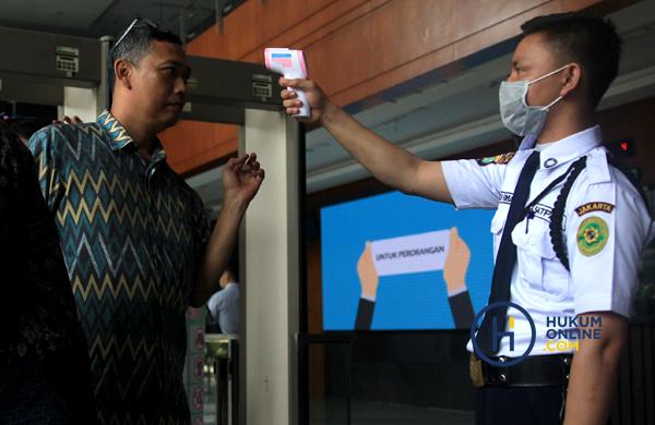 Pengecekan dan pemeriksaan suhu tubuh setiap pengunjung di PN Jakarta Pusat dampak penyebaran virus corona. Foto ilustrasi: RES