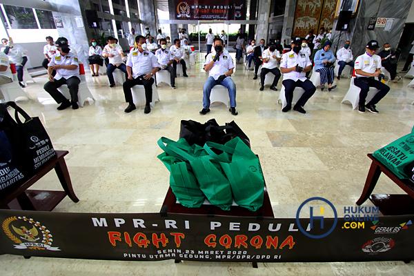 MPR Bagikan Masker dan Hand Sanitaizer Kepada Masyarakat 4.JPG