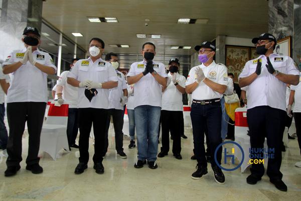 MPR Bagikan Masker dan Hand Sanitaizer Kepada Masyarakat 5.JPG
