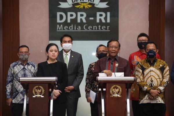 Ketua DPR Puan Maharani dan Menkopolhukam M. Mahfud MD memberi keterangan pers usai serah terima RUU BPIP di Gedung DPR Jakarta, Kamis (16/7). Foto: Humas DPR