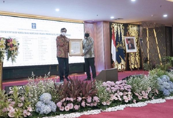 Acara penyerahan 118 sertifikat merek KUMKM oleh Menteri Hukum dan HAM Yasonna H. Laoly (Kiri) kepada Menteri Koperasi dan Usaha Mikro, Kecil dan Menengah Teten Masduki (Kanan) di Aula DJKI, Gd. Eks Sentra Mulia, Kemenkumham, Jumat (17/7). Foto: Istimewa