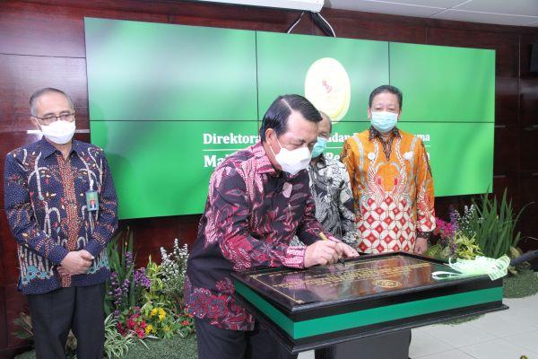 Ketua MA M. Syarifuddin saat menandatangani peresmian ruang PSTP Badan Peradilan Agama MA, Selasa (28/7). Foto: Humas MA
