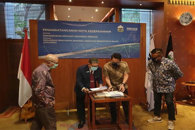Proses penandatanganan MoU antara DPN Peradi dan DPP Organda. Foto: istimewa.