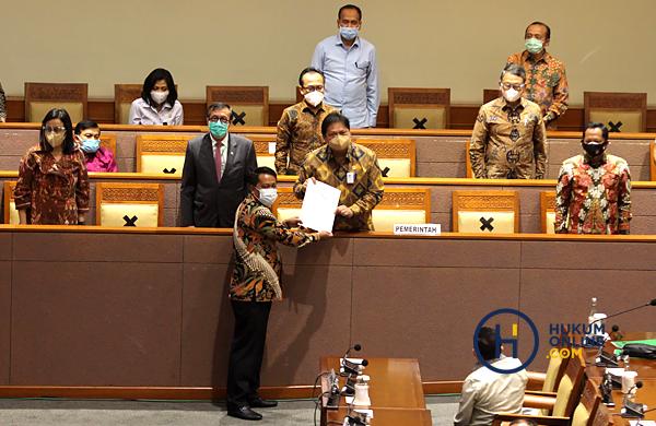 Pengesahan RUU Cipta Kerja menjadi undang-undang di sidang paripurna DPR, Senin (5/10). Foto: RES