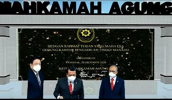 Ketua MA M. Syarifuddin saat meresmikan Gedung Pengadilan Terpadu Manado dan 61 gedung pengadilan seluruh Indonesia, Selasa ( 20/10). Foto: Humas MA