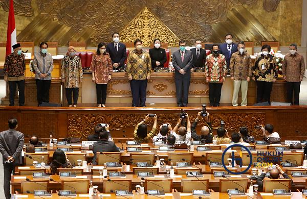 Perwakilan pemerintah berfoto bersama pimpinan DPR usai pengesahan RUU Cipta Kerja menjadi UU dalam Rapat Paripurna di Kompleks Parlemen, Senayan, Jakarta, Senin (5/10) lalu. Foto: RES