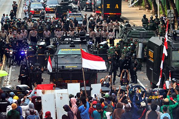 Penanganan demonstrasi menolak UU Cipta Kerja yang dinilai sarat pelanggaran hukum dan HAM, Kamis (8/10) lalu. Foto: RES