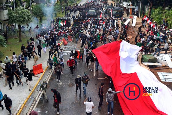 Suasana penanganan demonstrasi menolak UU Cipta Kerja yang dinilai sarat pelanggaran hukum dan HAM, Kamis (8/10) lalu. Foto: RES