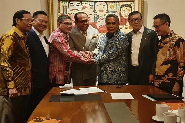 Pertemuan Menkopolhukam, Menkumham, dan para pimpinan tiga Peradi terkait kesepakatan awal rekonsiliasi organisasi advokat pada 25 Februari 2020 lalu. Foto: Istimewa