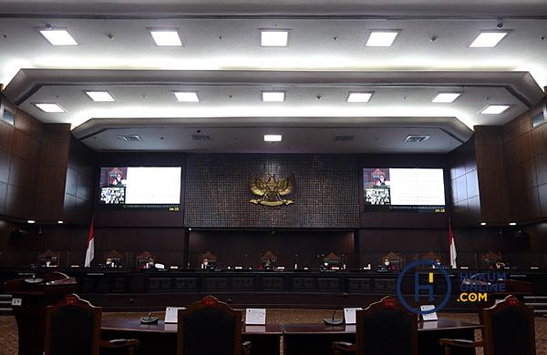 Suasana sidang pembacaan sejumlah putusan pengujian UU KPK digelar secara daring dan luring di ruang sidang MK, Selasa (4/5/2021). Foto: RES