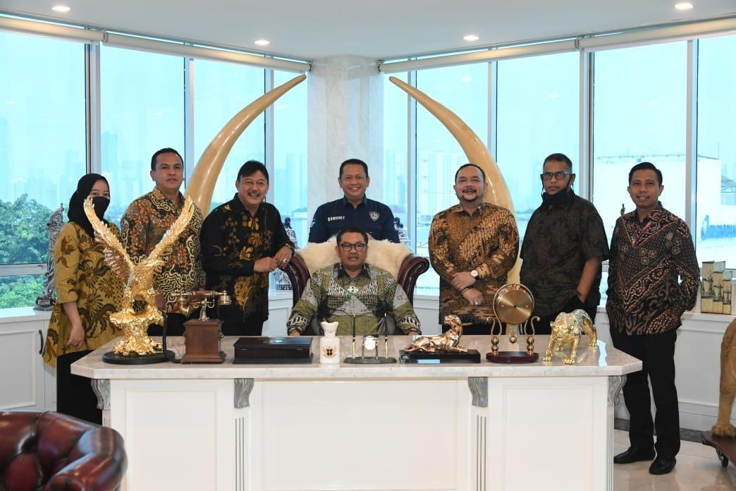 Jajaran DPP KAI bersama Ketua Dewan Pembina KAI, Bambang Soesatyo. Foto: istimewa.