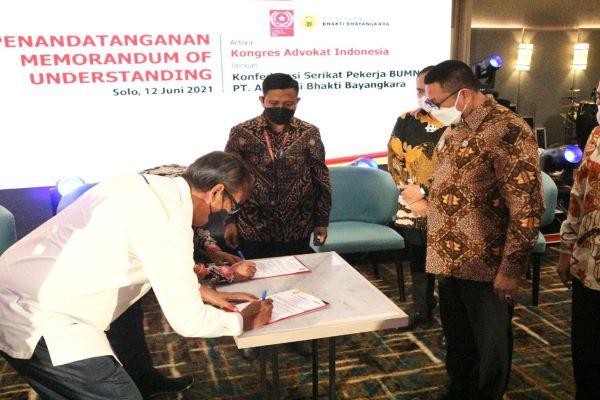 Suasana penandatangan nota kesepahaman antara KAI dengan Asuransi Bhakti Bhayangkara terkait penyelenggaraan program asuransi kesehatan anggota KAI, Sabtu (12/6/2021) di Solo. Foto: RFQ