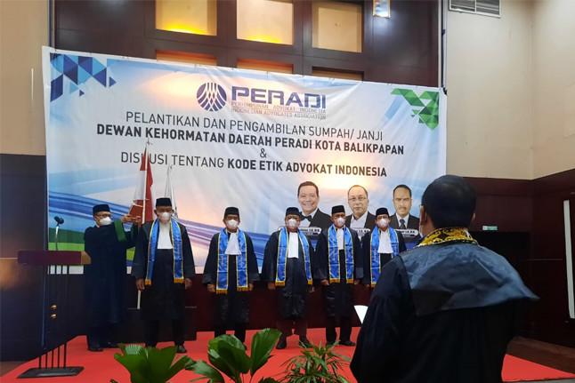 Pelantikan dan Pengambilan Sumpah Dewan Kehormatan Daerah PERADI Balikpapan. Foto: istimewa.
