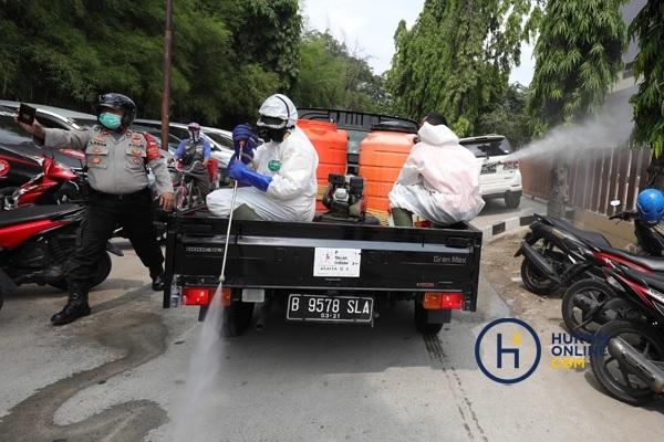 Penyemprotan oleh petugas gabungan dari PMI, TNI, dan Polri ini untuk mencegah penyebaran Covid-19 yang semakin meningkat di Indonesia. Foto: RES