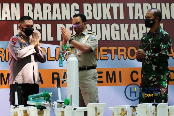 Kapolda Metro Jaya Serahkan 138 Tabung Oksigen Hasil Sitaan kepada Pemprov DKI 1.jpg