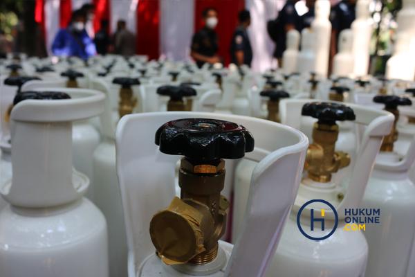 Kapolda Metro Jaya Serahkan 138 Tabung Oksigen Hasil Sitaan kepada Pemprov DKI 5.jpg