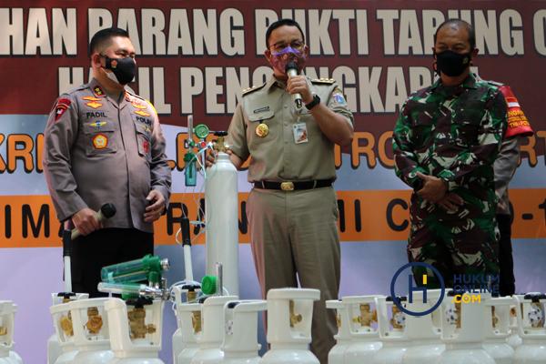 Kapolda Metro Jaya Serahkan 138 Tabung Oksigen Hasil Sitaan kepada Pemprov DKI 6.jpg
