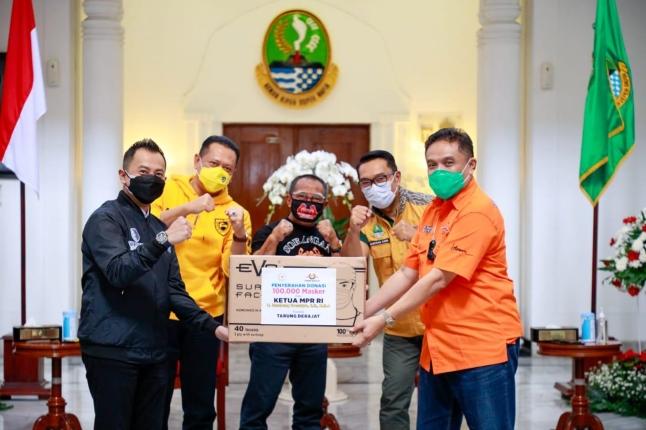Ketua MPR RI Bambang Soesatyo menyerahkan bantuan untuk masyarakat Jawa Barat dan Keluarga Besar Tarung Drajat. Foto: Istimewa.