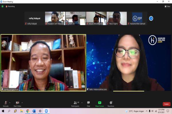 Praktisi Hukum Ketenagakerjaan Juanda Pangaribuan (kiri) dalam diskusi virtual seputar penyelesaian hubungan industrial yang diselenggarakan Hukumonline, Selasa (31/8/2021).  Foto: RFQ