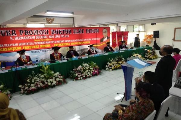 Advokat H. Hermansyah Dulaimi saat menjalani sidang doktor di Fakultas Hukum Universitas Krisnadwipayana, Jakarta, Kamis (2/9/2021). Foto: Hol